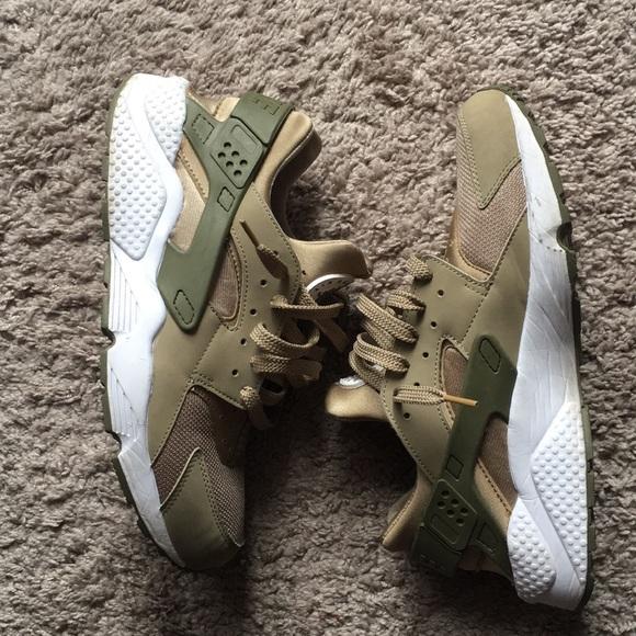 9a805e20405e Nike AIR Huaraches gold and olive green size 11. M 5b0ae87872ea8890d04da2e6